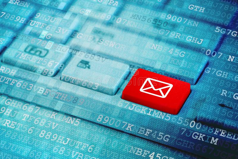 Röd tangent med postsymbolssymbol på det blåa digitala bärbar datortangentbordet arkivfoto