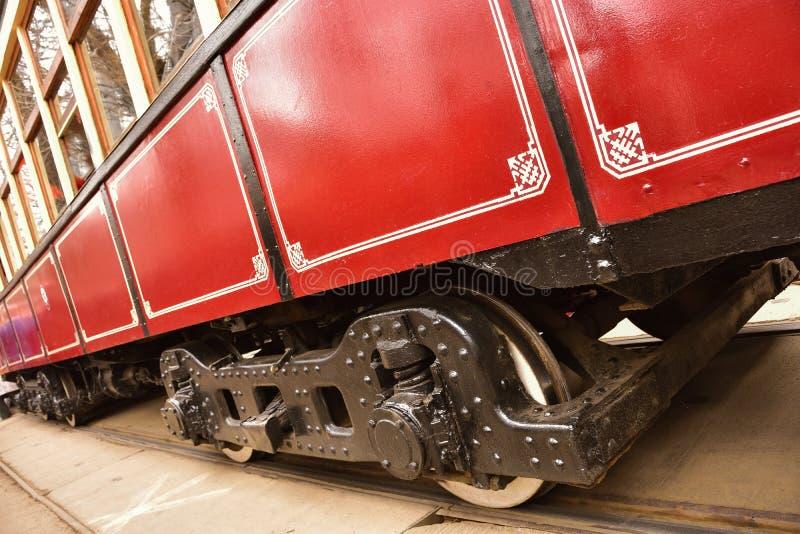 Röd tappningspårvagn för chassi, stålhjulspårvagn arkivbilder