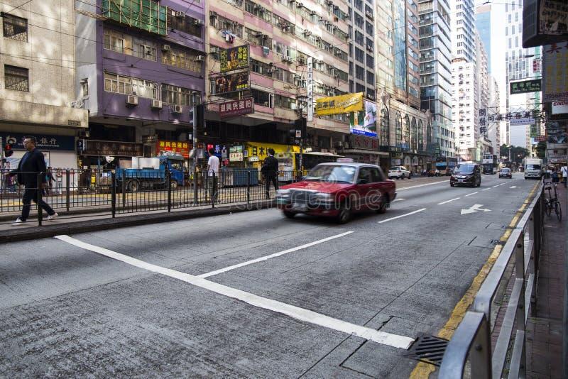 Röd taxi i rörelse på gatan fotografering för bildbyråer