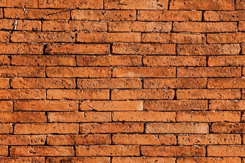 Röd tegelstenvägg Textursvarten stenar kvarter abstrakt bakgrundsdesign arkivfoto