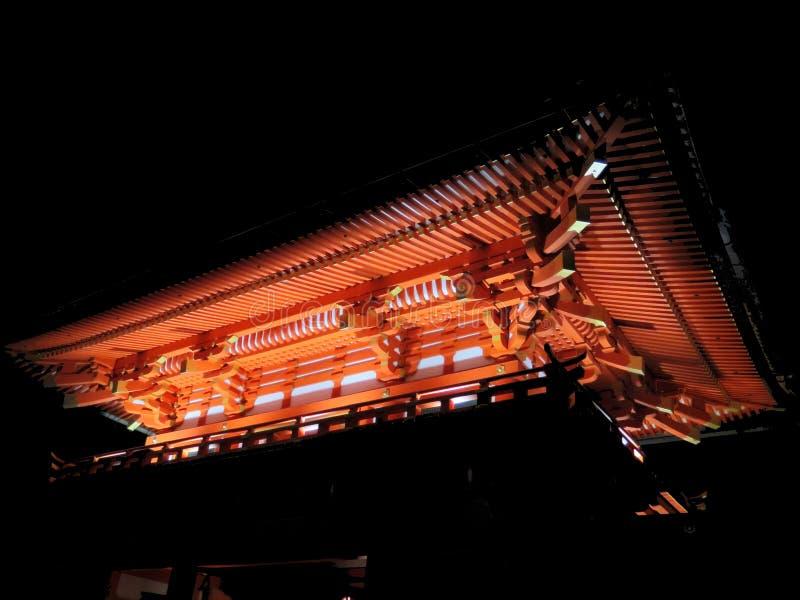 Röd tempel av Kyoto i mitt av den mörka natten royaltyfri fotografi