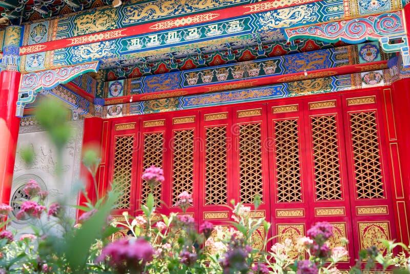 Röd tempel för kinesisk stil för dörr arkivbilder
