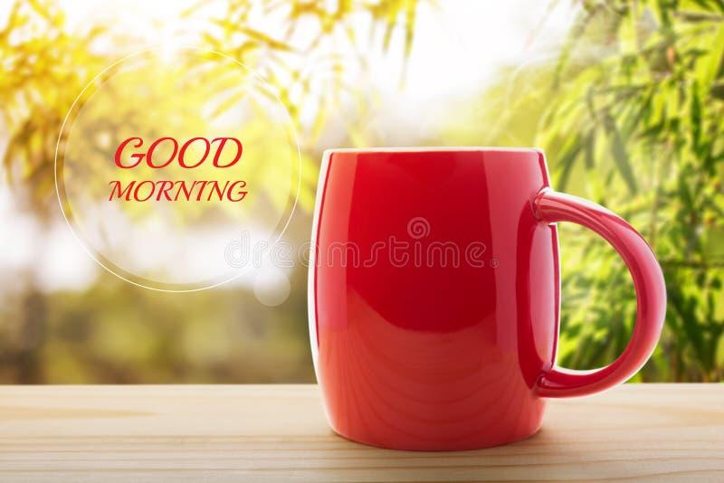 Röd tom främre farstubro för kaffekopp morgonen arkivfoto