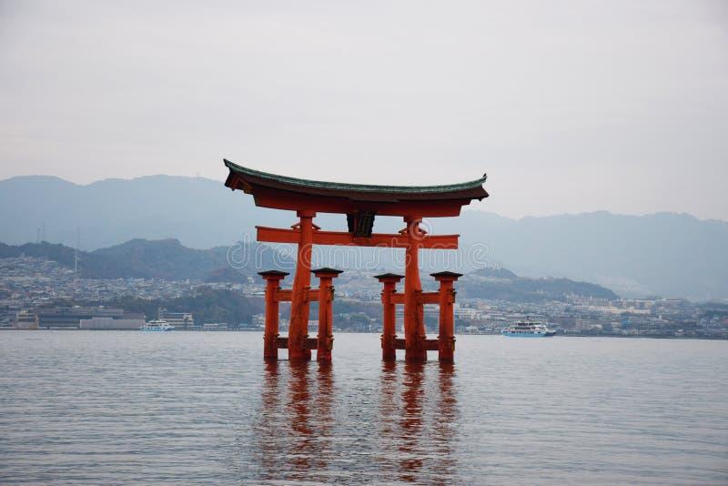 Röd torii på Miyajima arkivfoton