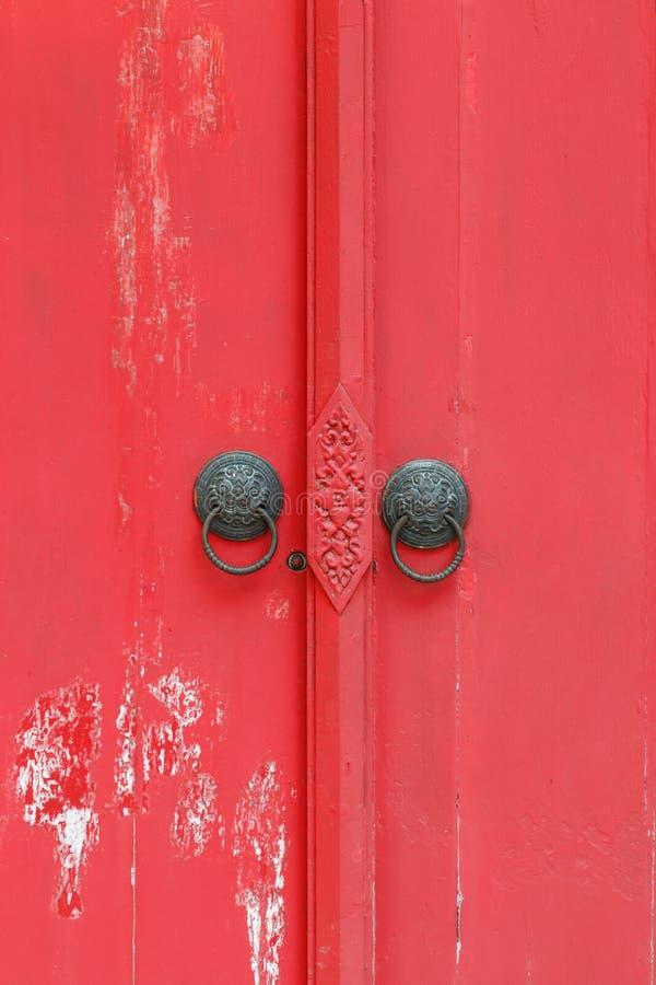 Röd trädörr, dörr royaltyfri fotografi