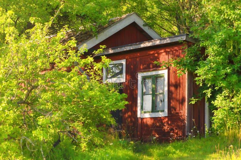 Röd träsummerhouse arkivfoton