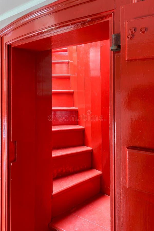Röd trätrappuppgång arkivbilder