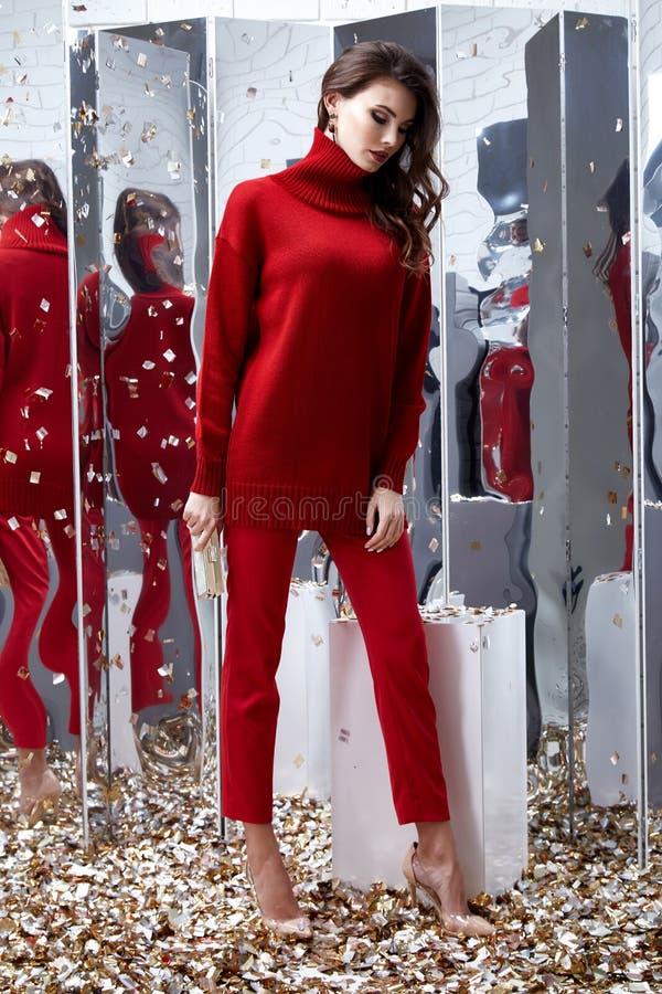 Röd tröja p för härliga sexiga nätta kläder för kvinnaaffärsbrunett royaltyfria bilder
