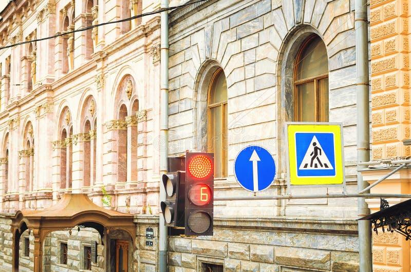 Röd trafikljus och övergångsställe vägmärke Härlig gammal arkitektur royaltyfri foto