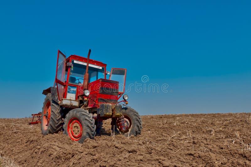 röd traktor arkivfoton
