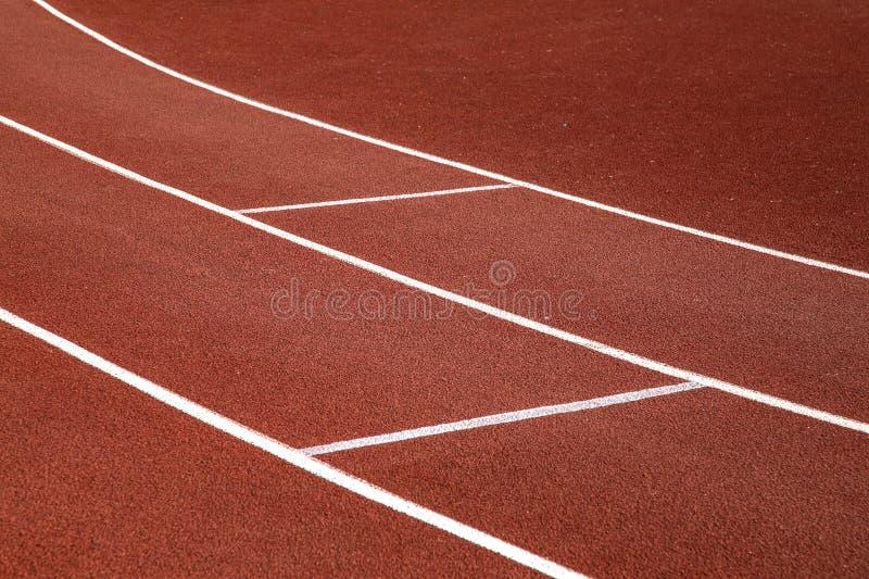 Röd trampkvarn i sportfält royaltyfri bild