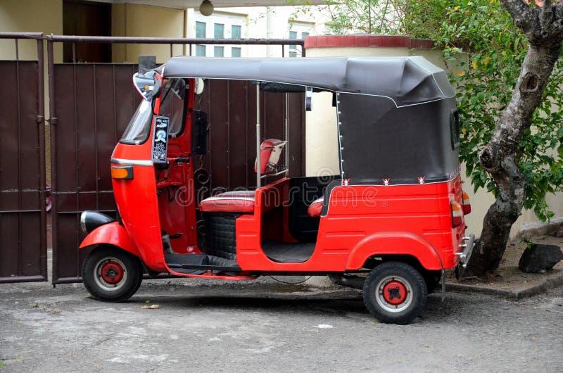 Röd tuktukrickshaw Colombo Sri Lanka arkivfoto