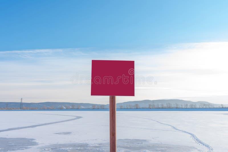 Röd tunn is för tecken farligt utan inskrift Tomt plakat med utrymme för din text royaltyfri foto