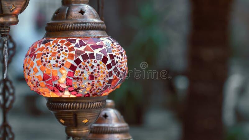 Röd turkisk lampa på en bakgrund av gräsplan royaltyfri foto