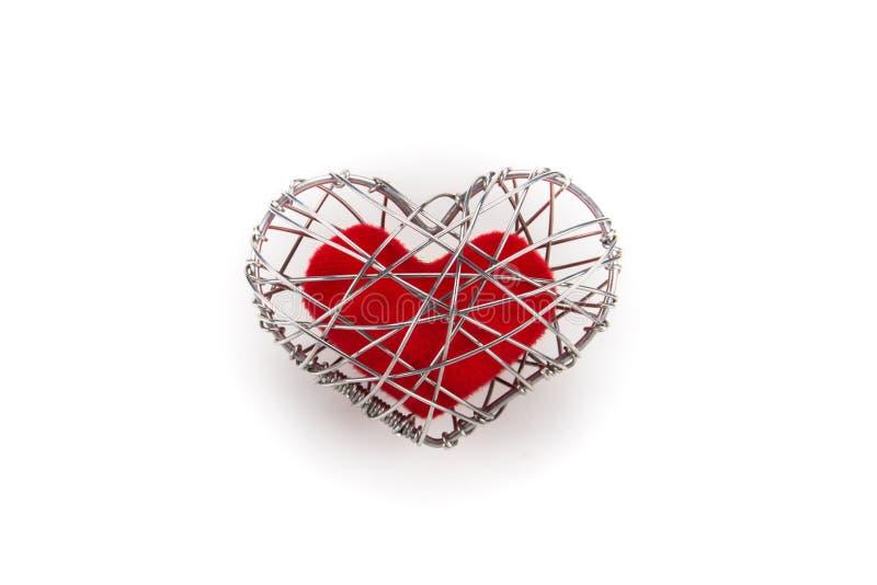 Röd tyghjärta i stucken trådbur arkivbild