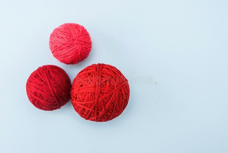 Röd ull klumpa ihop sig av handarbetegarn arkivbilder
