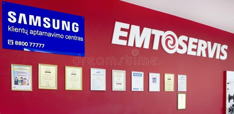 Röd vägg med certifikat och det Samsung banret arkivfoto