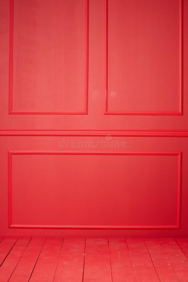 Röd vägg med stuckaturen royaltyfri fotografi