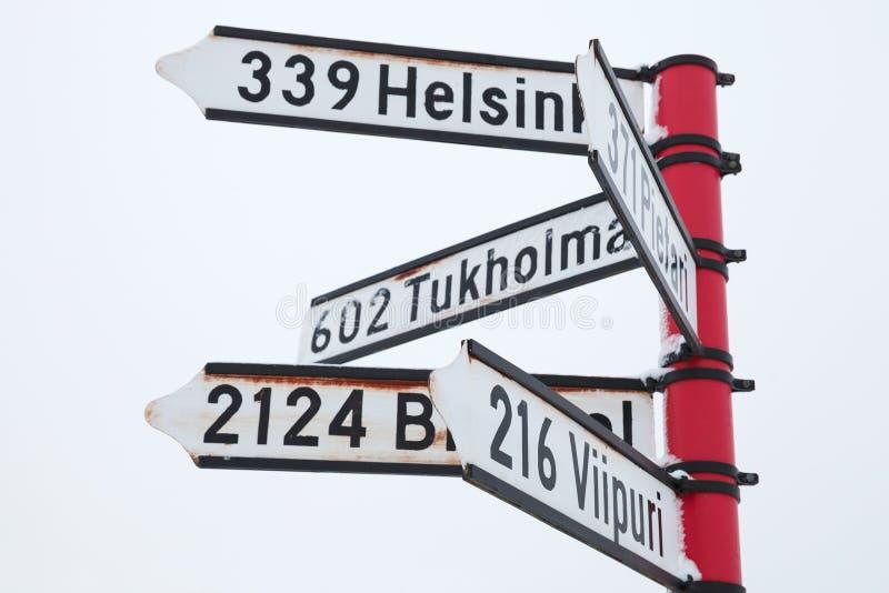 Röd vägvisare med riktningstecken arkivbild