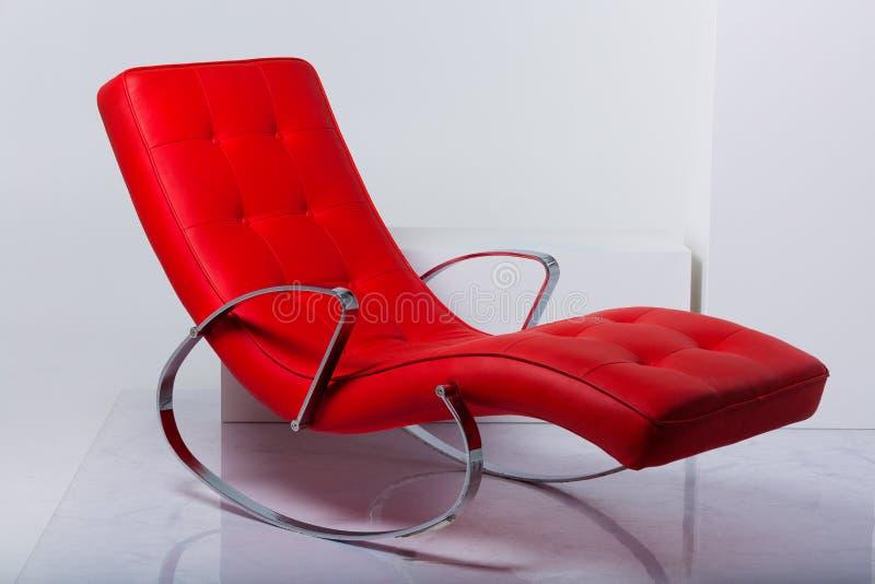 Röd vagga fåtölj i studion royaltyfria foton
