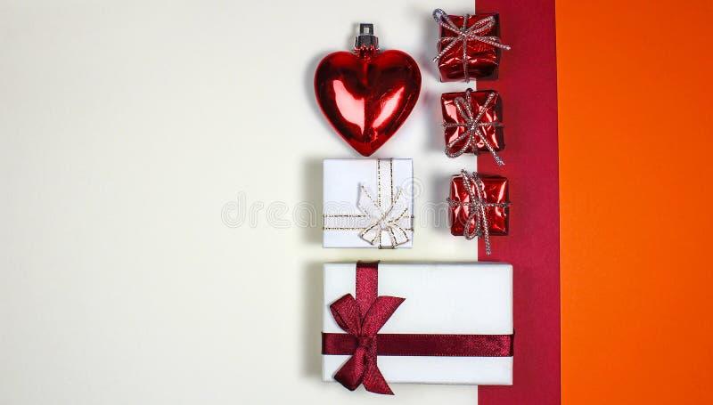 Röd valentin- eller julhjärta med gåvaaskar på vit backgr royaltyfria foton