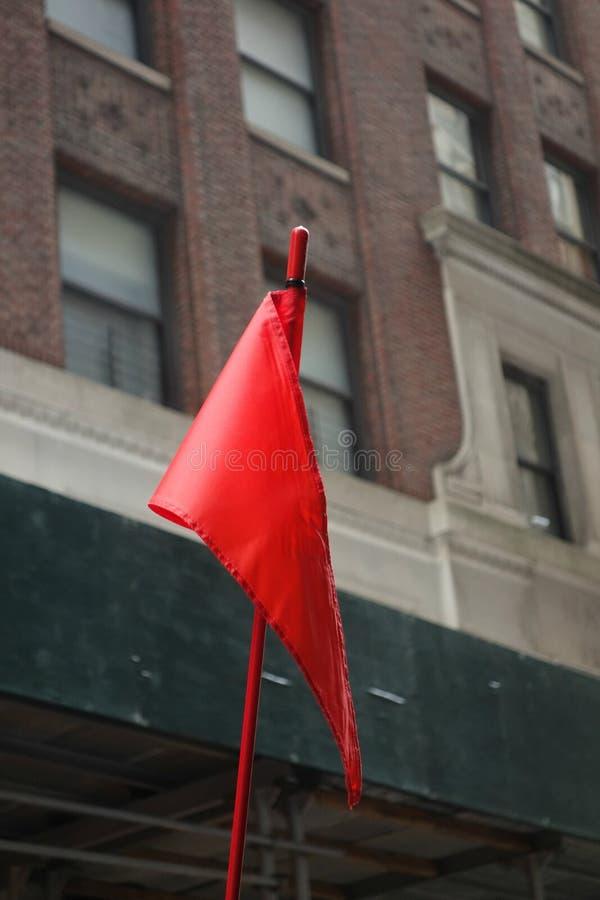 Röd varningsflagga royaltyfria foton