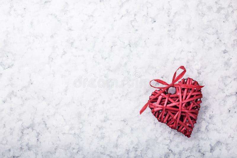 Röd vide- hjärta på snö royaltyfria bilder
