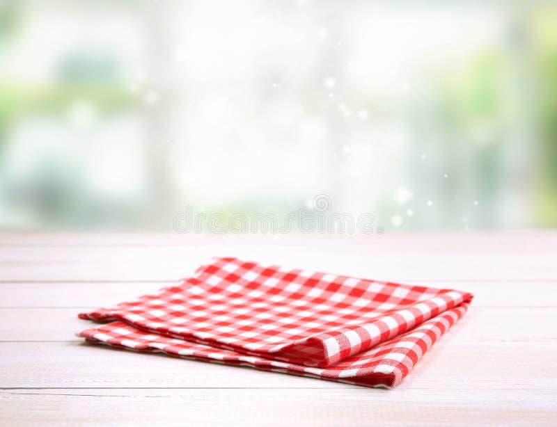 Röd vikt torkduk för picknick gingham på tabellen royaltyfri fotografi