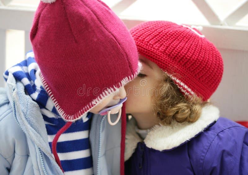 röd viska vinter för barnörahatt fotografering för bildbyråer