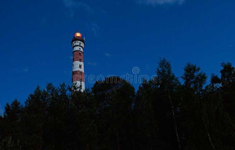 Röd vit fyr på kusterna av Lake Ladoga royaltyfria bilder
