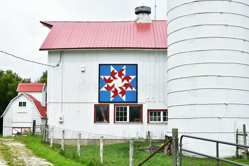 Röd, vit- och blåtttäckeladugård royaltyfria bilder