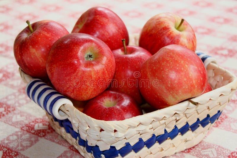 Download Röd White För äpplekorgtorkduk Fotografering för Bildbyråer - Bild av enkelt, konsumera: 280081