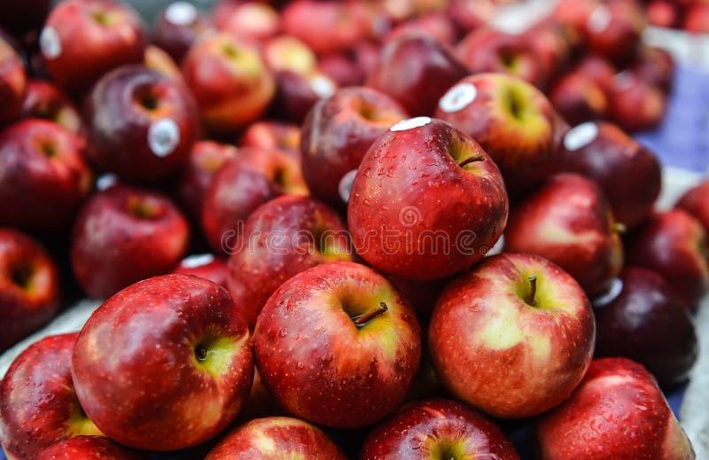 Röda äpplen från gatamarknad arkivfoton