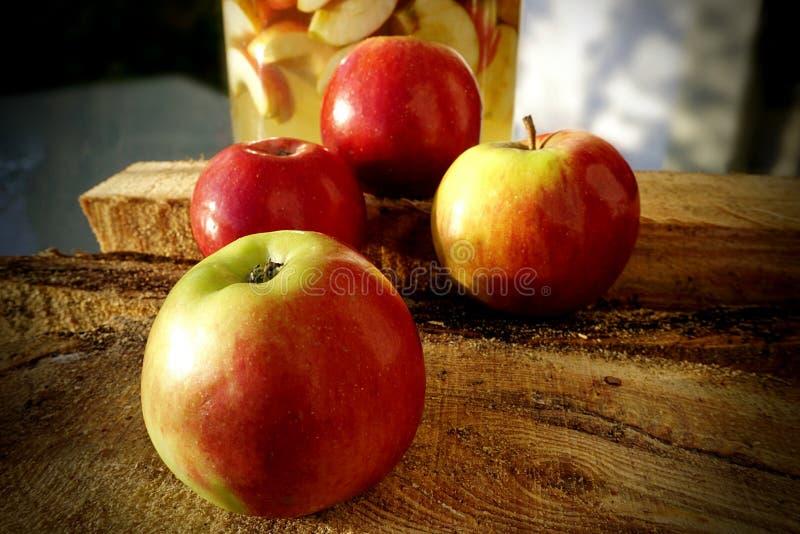 Röda äpplen på en träyttersida royaltyfri bild