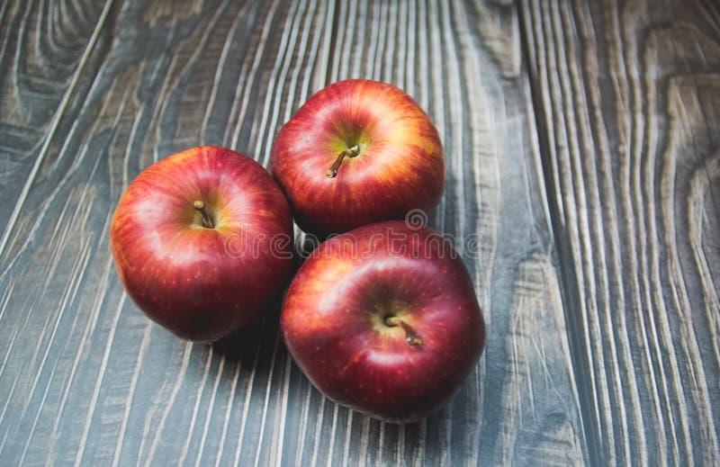röda äpplen som förläggas på trät royaltyfria foton