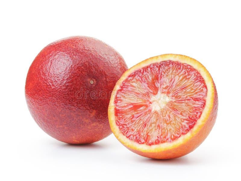 Röda apelsiner för moget blod med halva som isoleras på vit arkivbilder