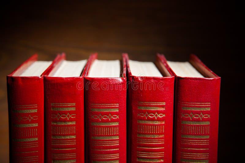 Röda böcker arkivbilder