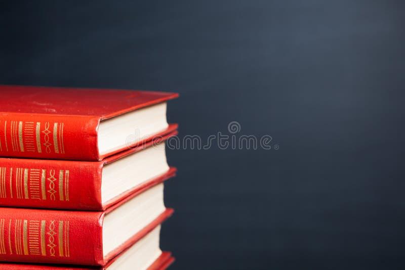 Röda böcker och svart tavla fotografering för bildbyråer