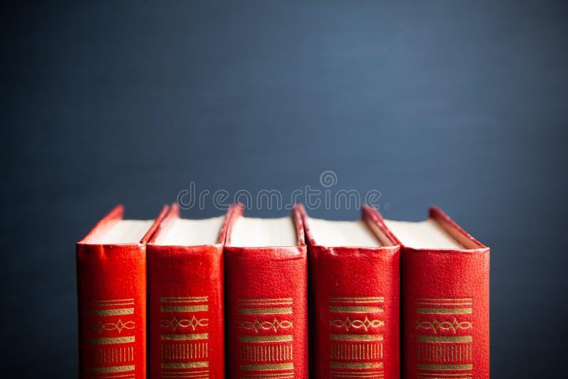 Röda böcker och svart tavla royaltyfri foto