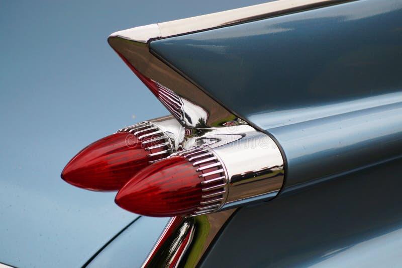 Röda bakre ljus för gamla blåa bilar royaltyfri foto
