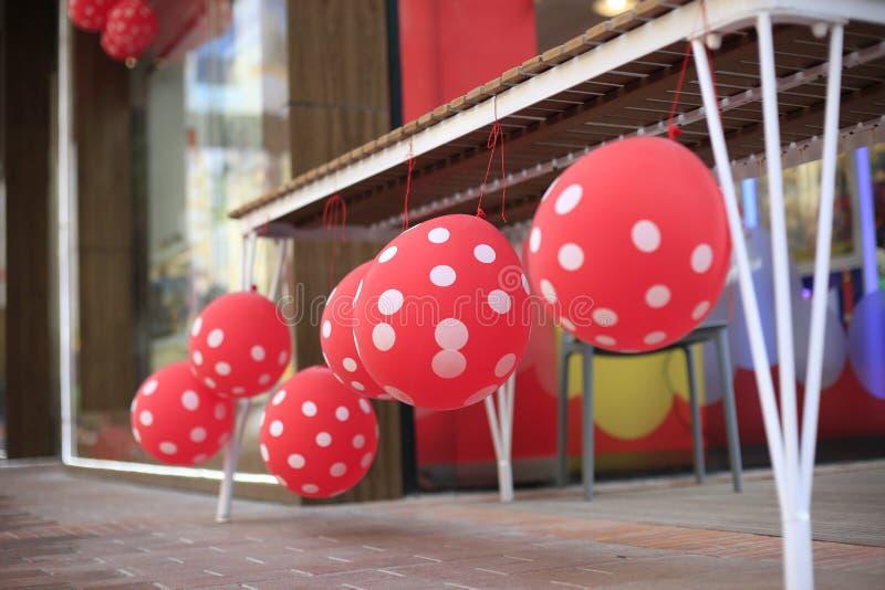 Röda ballonger på fönsterfönsterbrädan fotografering för bildbyråer