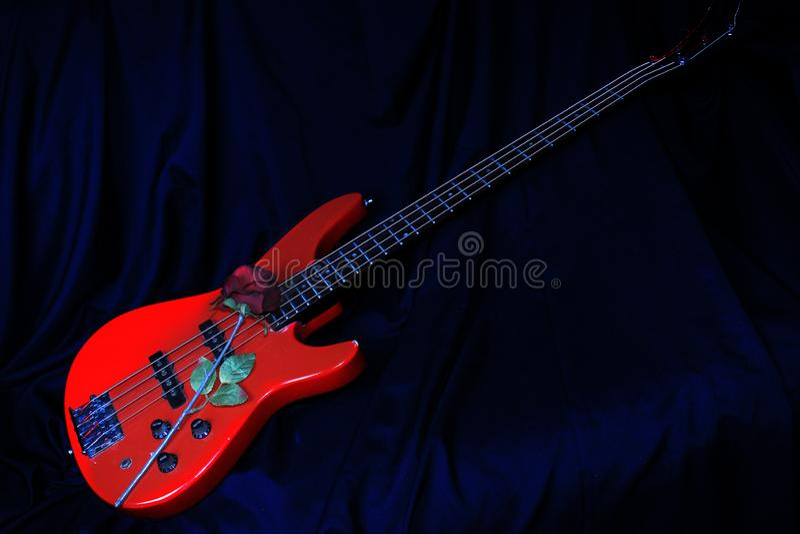 Röda Bass Rose Guitar arkivbild