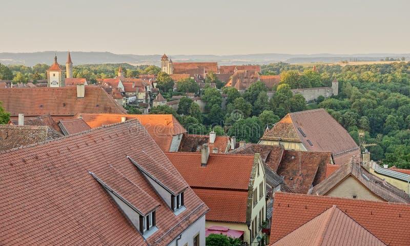 Röda belade med tegel tak av Rothenberg och det Tauber dallandskapet royaltyfri bild