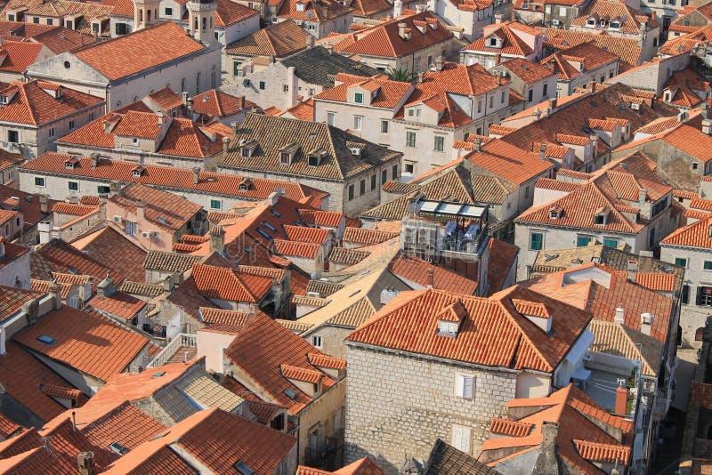 Röda belade med tegel tak i den historiska mitten av Dubrovnik Kroatien fotografering för bildbyråer