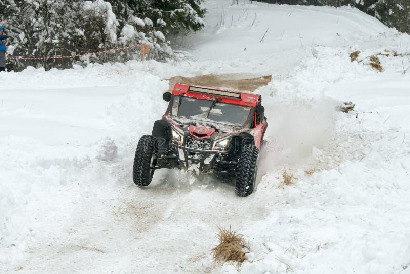 Röda bilar på vit snö fotografering för bildbyråer
