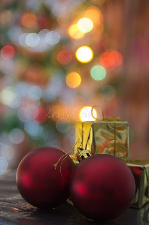 Röda bollar och guld- gåvaaskar för att dekorera en julgran royaltyfri fotografi