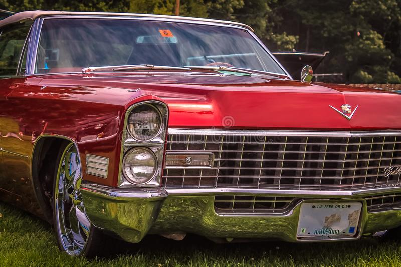 Röda Cadillac - 1965 arkivfoton