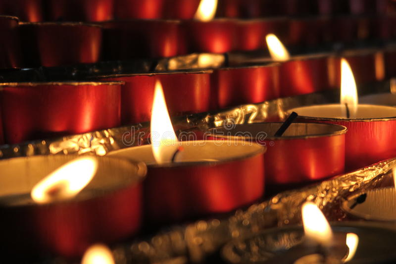 Röda candels i italienarekyrka arkivbilder