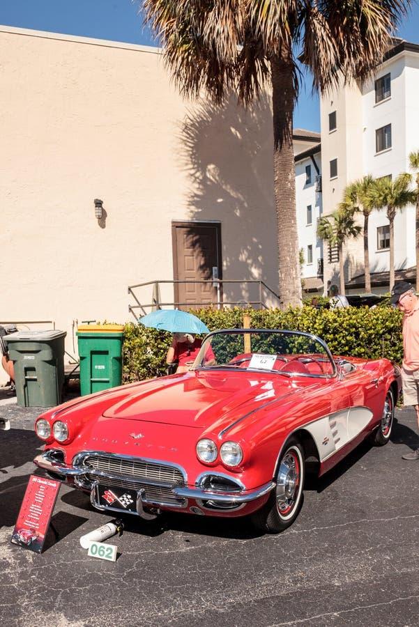 R?da Chevrolet Corvette 1961 p? den klassiska Car Show f?r 32nd ?rliga Naples bussgarage arkivfoton