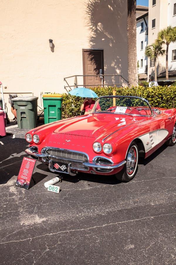 R?da Chevrolet Corvette 1961 p? den klassiska Car Show f?r 32nd ?rliga Naples bussgarage royaltyfri foto